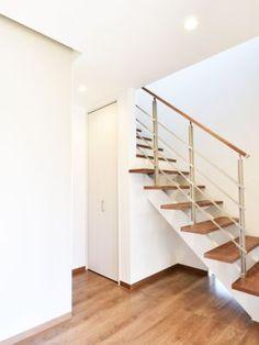 入ってすぐのオープン階段が明るく広々とした印象を与える玄関空間実例! #玄関#タチ基ホーム#名古屋#愛知#デザイン住宅#健康住宅#注文住宅#自由設計#新築#architecture#建築