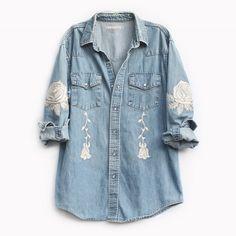Bliss And Mischief 'The Conjure Flower' Embroidered vintage denim shirt. Denim Fashion, Look Fashion, Chemises Country, Fitted Denim Shirt, Denim Shirts, Denim Vintage, Embroidered Denim Shirt, Mode Jeans, Western Wear