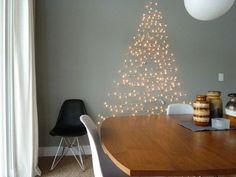 Wat je hiervoor nodig hebt? Een set kerstverlichting en iets om de verlichting mee te bevestigen. Vervolgens gebruik je de snoeren om de vorm van een kerstboom te maken op je muur. Je kunt de snoeren op zijn plaats houden door deze bijvoorbeeld om een spijkertje heen te draaien of met haakjes.  Tip: zorg dat de haakjes wat extra uitsteken. Zo kan je er dingen zoals kerstballen en andere kerstversiering aanhangen!