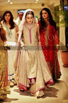pakistani bridal- so much beautiful embellishment Pakistani Couture, Pakistani Wedding Dresses, Indian Couture, Pakistani Outfits, Indian Dresses, Indian Outfits, Walima Dress, Moda India, Bollywood