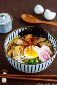 Simple and easy spicy shoyu ramen with spicy chili bean paste, chicken stock, dashi stock. Top with soft boiled egg, fish cake, and homemade chashu. Easy Japanese Recipes, Japanese Food, Ramen Recipes, Asian Recipes, Healthy Ramen, Shoyu Ramen, Homemade Ramen, Asian Soup, Food Displays