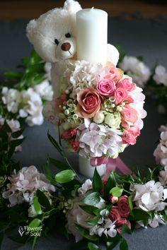 Lumânare de botez cu ursuleț și decor pentru cristelniță – Flowers of Soul Diy Flowers, Flower Diy, Flower Arrangements, Floral Wreath, Wreaths, Table Decorations, September, Weddings, Home Decor