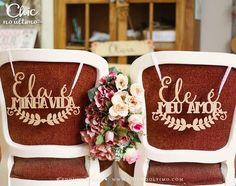 Placa Cadeira Noivos Madeira Ele/Ela - CHIC no Último Wedding Wording, Wedding Signs, Wedding Bride, Diy Wedding, Wedding Favors, Rustic Wedding, Dream Wedding, Wedding Day, Garden Party Decorations