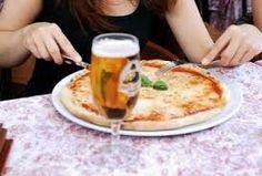 In pizzeria con mio marito e gli amici. Non andiamo spesso fuori ma ogni tanto ci dedichiamo una serata fuori.