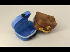 Making a tiny suitcase of polymer clay (fimo/cernit) - in 1:12 for the dollhouse. This can also be made for 1:6 dolls or charms or for LPS. Here is the handl...