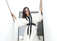 Carol veste quimono e óculos, R$ 897, todos Osklen – Foto: Christian Maldonado/ reprodução