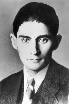 """Franz Kafka fue un escritor que nació el 3 de Julio de 1883 en Pagra, una de sus obras más importantes es """"La Metamorfosis."""" Él muere el 3 de Junio de 1924 en Austria."""