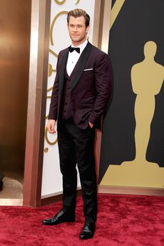 The Best Dressed Men of the 2014 Academy Awards Chris Hemsworth in a David August tuxedo. Chris Hemsworth, Best Dressed Man, Sharp Dressed Man, Snowwhite And The Huntsman, Blue Tux, Hot Guys, Black Tie Affair, Dapper Men, Wedding Suits