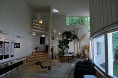 """""""La tarea del arquitecto consiste en proporcionar a la vida una estructura más sensible."""" Alvar Aalto.  Alvar Aalto's House - Studio."""