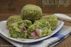 Le polpette di broccoli prosciutto e formaggio sono delle crocchette leggere con broccoli e ripieno di prosciutto e formaggio, cotte in forno. Ricetta light