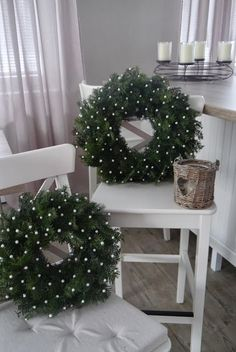 Not only solemnly, even intelligent is going to be there for Christmas. The best Xmas pine situat Christmas Advent Wreath, Christmas Porch, Christmas Mood, Green Christmas, Holiday Wreaths, Christmas Lights, Christmas Crafts, Holiday Decor, Christmas House Decorations Inside
