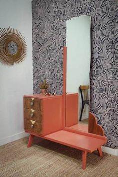 Coiffeuse Art Déco Vintage : Cette coiffeuse a été soigneusement restaurée et rénovée dans mon atelier! D'une grande originalité, elle apportera un caractère unique à votre intérieur! Le miroir biseauté d'origine présente de jolies courbes typiquement art déco. La façade des trois tiroirs est couverte d'un élégant placage noyer sublimé par des motifs géométriques en feuille d'or. Leur intérieur a été retapissé d'un charmant papier aux motifs d'hirondelles vert, noir et or.