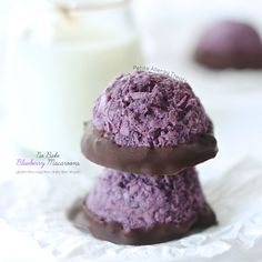 Easy no bake Blueberry Macaroons. These coconut macaroons are egg free, dairy free Vegan and raw. Naturally gluten free cookie.