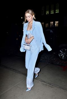 63 Perfect Gigi Hadid Street Style Outfits I'm Totally In Love With…. // You might also like 52 Great Kendall Jenner Street Style Outfits Looks Gigi Hadid, Style Gigi Hadid, Gigi Hadid Outfits, Gigi Hadid Fashion, Baby Blue Suit, Blue Suits, Mode Monochrome, Suit Fashion, Fashion Outfits