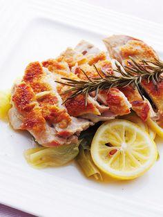【脂攻略の調理法/焼く&蒸す】脂が気になる鶏肉の皮。取り除くのではなく、皮ごとパリパリに焼いてしまおう。こうすることで皮から出た脂が肉の脂を溶かし出してくれる。あとは肉から出た余分な脂を捨てて、野菜と蒸し煮にすれば、かなりのカロリーダウンに。|『ELLE a table』はおしゃれで簡単なレシピが満載!