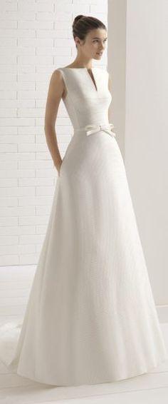 gefunden bei Happy Brautmoden Brautkleid elegant, elegantes Brautkleid, Aire Barcelona, Rosa Clara, Spitze, Spitzenkleid, edel, elegant, fließend, Rückenausschnitt, Hochzeitskleid, romantisch