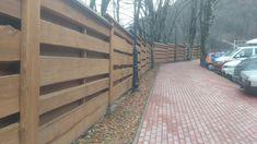 Деревянный забор из необрезной доски