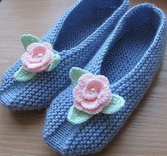 I want to try on these cozy knit Slippers associated with needles and decorated with knitted flowers. To associate them quite simply, schemes of knitting patterns. Love Knitting, Knitting Stitches, Knitting Socks, Hand Knitting, Knitting Patterns, Crochet Patterns, Knitting Machine, Knitting Needles, Dress Patterns