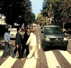 The Beatles crossing Abbey Road became an iconic symbol and one of the most famous and most imitated album covers in recording history. Foto Beatles, Beatles Love, Les Beatles, Beatles Art, Beatles Photos, Beatles Funny, Abbey Road, Ringo Starr, George Harrison