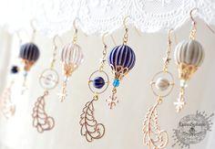 古く錆びた気球が魔法の羽根で空へ・・・アンティークな耳飾りです。同シリーズの、古い気球の月と星 耳飾りや、古い星気球のペンダントもあります♪※購入時は必ず備考欄に、4色のいずれかをご記入下さい。___________________________☆ラッ...