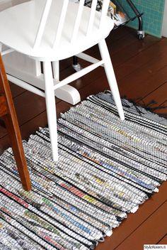 recycling,kierrätys,kudonta,weaving,kangaspuut,räsymatto,rug,newspapers. This is made of newspapers!