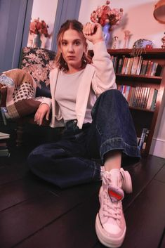 Millie Bobby Brown, Brown Converse, Converse Chuck, Bobby Brown Stranger Things, Browns Fans, Enola Holmes, Brown Outfit, Bobbi Brown, Mom Jeans