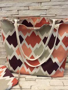 Bolsa em linho, forrada com tecido 100% algodão e com 2 bolsos internos, acompanha uma necessaire ( 21x18 cm ).