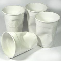 Estos vasos cerámicos imitación vasos de plástico molan mucho. Los vi en Kitchen Company, aunque me parecieron algo subidos de precio.