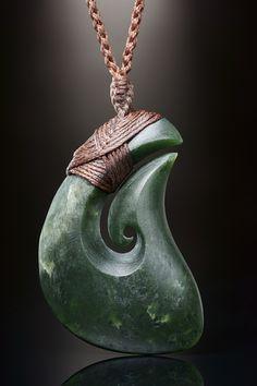 Jade Matau Schmuck Anhänger mit matten Oberflächen Finish aus dunkelgrüner Neuseeland Jade