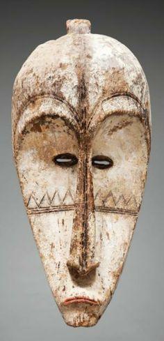 FANG. Gabon  Masque de la société Ngil. Rare et beau masque antropoorphe d'un grand classicisme et à l'équilibre stylistique parfait. Bois, ...