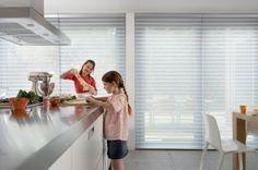 Luxaflex® Silhouette gordijnen in de keuken, heerlijk zicht naar buiten en geen inkijk. De filtering van het daglicht geeft een betere daglicht verhouding in de keuken.