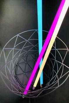 Die Leuchte Neon Tube LED von hay erscheint zu dritt als Lichtinstallation. Designers Guild, Tube Led, Neon, Ferris Wheel, Fair Grounds, Light Installation, Child Room, Light Fixtures, Neon Colors