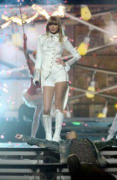 En el escenario, Taylor adopta una actitud que sorprende a todos.