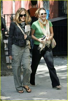 Drew's Paparazzi Snapshots Sarah Jessica Parker step outs with fellow actress Drew Barrymore for a stroll through the West Village in New York City. SJP, and Drew, caught lunch together… Indie Fashion, Hipster Fashion, Modest Fashion, Urban Fashion, Girl Fashion, Vintage Fashion, Fashion Outfits, Fashion Design, Fashion Trends