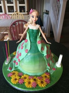 Elsa and Anna Frozen fever doll cake