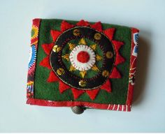 Den lilla blå byrån: Broderiinspiration Swedish Embroidery, Wool Embroidery, Embroidery Jewelry, Wool Applique, Sewing Case, Hand Sewing, Textiles, Fabric Jewelry, Pin Cushions