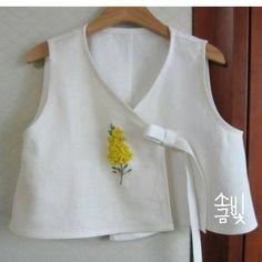 "408 Likes, 4 Comments - 소금빛 자수 saltlight embroidery (@saltlight_) on Instagram: ""유채꽃 수놓아 둔 것으로 배자를 만들어봅니다. 입체자수 꽃 나무 열매 p.47 유채꽃 #소금빛자수 #자수재료 #모사자수실 #리넨자수실 #화이트리넨 #입체자수…"""