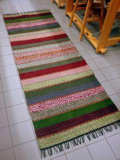 Maritan matot - Marita´s hand made carpets: Omat nimeni Weaving Designs, Weaving Patterns, Weaving Textiles, Tapestry Weaving, Homemade Rugs, Kilim Rugs, Rag Rugs, Recycled Fabric, Crochet Doilies