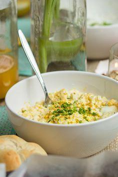 Eiersalade op basis van Griekse yoghurt (en oké, een beetje mayonaise). Met bieslook en kerrie als smaakmakers.