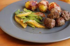 Wildbratwurst mit Birnen-Bohnen-Gemüse und Speckkartoffeln