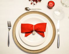 Christmas tabletop. Simple and warm cutlery with diy bow napkin