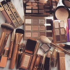 There are a lot of people who nowadays are applying cosmetics using their fingers, in my opinion it looks a lot better if applied using a make-up brush. This article describes the reasons for this and looks at the types of make-up bru Makeup Goals, Love Makeup, Makeup Inspo, Makeup Inspiration, Makeup Tips, Makeup Style, Makeup Hacks, Makeup Routine, Glam Makeup