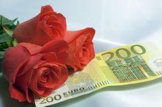 ein Geldschein mit Strauß rote Rosen kann das Traumgeschenk sein