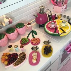 Cocina Shabby Chic, Shabby Chic Kitchen, Iftar, Diy Kitchen Storage, Kitchen Organization, Cute Kitchen, Kitchen Decor, Pink Cafe, Breakfast Platter