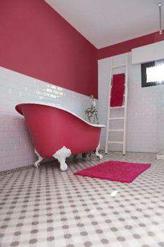 Chic et choc la peinture rose dans une salle de bain rétro
