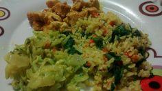 Arroz integral com quinoa, cenoura e espinafre e açafrão. Abobrinha c/ cebola refogada. Cubos de frango c/ leite de coco caseiro e açafrão.