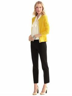 A white sleeveless top, yellow sweater and black pants. White heels to draw ur a. A white sleeveless top, yellow sweater and black pants. White heels to draw ur attention back to the white top. Looks Style, Style Me, Classic Style, Sara Anderson, The Cardigans, Yellow Cardigan, Gold Cardigan, Mustard Cardigan, Yellow Blazer