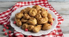 Greek Easter cookies from Smyrna by the Greek chef Akis Petretzikis. A quick and easy recipe for the most delicious and aromatic Easter cookies! Greek Recipes, Raw Food Recipes, Greek Pastries, Greek Sweets, Greek Easter, Nutrition Chart, Processed Sugar, Easter Cookies, Good Fats