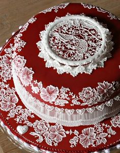 White on red, brush embroidery, drop curtain piping, RI ring, RI lace points, nice cake board