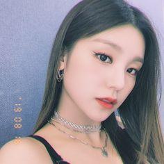 """Hwang yeji with loose hair; My Girl, Cool Girl, Rapper, Loona Kim Lip, Loose Hairstyles, Woman Crush, Korean Girl Groups, Kpop Girls, Ulzzang"